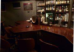 奥にある重厚な雰囲気のカウンタ-。バックバーには世界各国のお酒がズラリと並び、バーテンダーと話しながらお飲み物を決めてみるのも又一つの楽しみ。