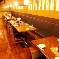 片側ソファのテーブル席はゆっくりお食事できるスペース!
