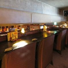 2.5階のカウンター席。ライトダウンした落ち着いた空間。