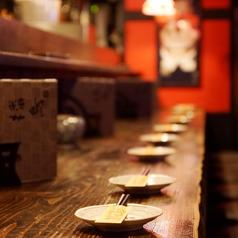 カウンター席10席。お一人様も大歓迎です。木なりの落ち着いた雰囲気で、自慢の鶏をお楽しみください。