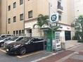 無料駐車場はございませんが、ホテル後ろに立体駐車場、ホテル正面左手にコインパーキングがございます。30分200円 12時間最大1,500円でご利用できます。当店ご利用のお客様特典として12時間最大1,500円を1,000円でご利用できます※立体駐車場は22時で閉まります