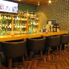 ボトルが並び、温かな光が灯るカウンター席。デートのご利用にも人気のお席です。