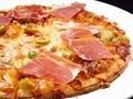 料理メニュー写真生ハムとオリーブのピザ