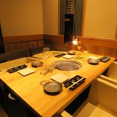 テーブル4名様席を3つご用意しております。各テーブルにダクトをお付けしておりますので、煙たくなる心配はございません。美味しくお肉をお楽しみいただけます。