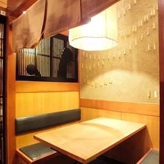 【BOX席|2名様~6名様向け】背もたれが高いBOX席は通常のテーブル席でありながらゆったりとお食事をお楽しみいただけます。