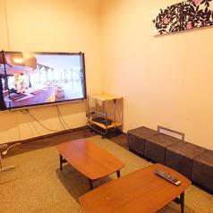 【roomE】 最大10名様まで収容可能なお部屋です。やや多めの人数のパーティーにも対応できます!・TVも65インチの巨大サイズ!無料レンタルのスマホケーブルをTVに繋いで大画面で楽しむことも無料で可能!・ブルーレイ・DVDプレーヤー設置、無料でお持込されたDVD鑑賞なども自由!・無線LANの無料利用可能!