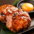 料理メニュー写真地頭鶏のつくね焼き 地鶏卵を添えて