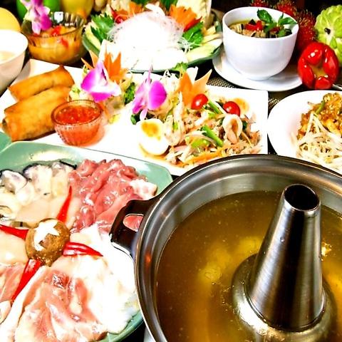 タイ人シェフの本格料理とタイで買い付けた調度品が飾られた異国情緒あふれる店内。