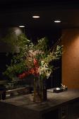 間接照明がほどよく効いた店内は、どこか大人の雰囲気を漂わせる空間。