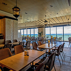 """ゆったりとお過ごし頂けるテーブル席をご用意しております。""""海の森""""を意味するメインダイニングは、様々な表情に変化する海を感じながら、多彩な種類の料理をビュッフェスタイルでお楽しみいただけます。"""