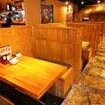 お店の雰囲気の存分に味わえるテーブル席。臨場感溢れるうまりずまの三線ライブをお楽しみください。