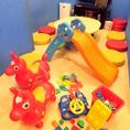 【ファミリールーム】パパ&ママも安心♪小さなお子様が動き回っても安心の設計!防音だからママ会にも最適☆大きなすべり台やブロック等、お子様が夢中になるおもちゃを完備しております!!