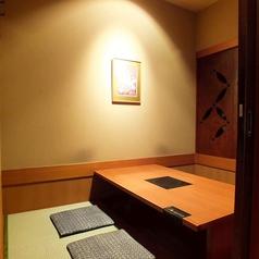 個室は3名様~最大100名様迄利用可能。木を基調とした雰囲気抜群の店内で楽しいひとときをお過ごしください。