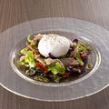 料理メニュー写真ブッラータと生ハムのサラダ
