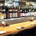 広々とした店内にはカウンター席をご用意しております。カウンター席の目の前には、焼酎や日本酒などのお酒がずらりと並んでおります。会社帰りや気晴らしにふらっと立ち寄ってのお一人様での飲みにピッタリのお席です。是非一度ご利用下さい。