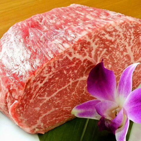 """毎日厳選したお肉を仕入れ、カットしているから、新鮮&おいしい♪機械によるスライスよりも、熟練の技術による""""手切り""""でおいしいお肉をお届けいたします。そんな上質お肉の食べ放題コースが3480 円~と大変お得に!!大人数の宴会にぴったりの各種食べ放題コースはシーンに合わせてお選びいただけるので皆様が満足すること間違いなしです!"""