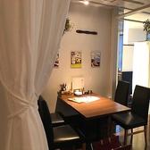 店内の奥に進むとカーテンで仕切りのあるテーブル席が御座います。