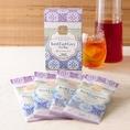 【&TEA 水出しアールグレイ ティーバッグ】ゆっくりと水出しすることにより、マイルド味わいのアイスティーが抽出されます。マラウイとインドネシア茶葉をバランスよくブレンドした味わいで、爽快なベルガモットの香りが印象的です。4袋入り 980円/1袋 250円(税抜)