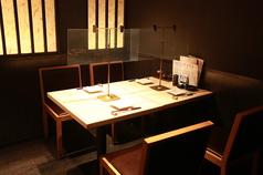 半個室のテーブル4名様席。飛沫ガードを設置していますので、安心してお食事いただけます。