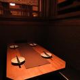 2名様~OKのテーブル席。暗めの照明が落ち着いた雰囲気を演出!