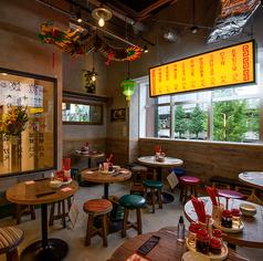 屋台のような丸テーブルは3~4名様用もございます。2名様用の丸テーブルと結合させて、人数調整も可能です。