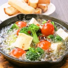 料理メニュー写真トマトとモッツァレラチーズとブロッコリーのアヒージョ