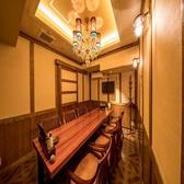 【【1室限定】最高のプライベート空間 VIP個室】1室限定の大人の空間。一番奥の静かな場所に佇む「VIP個室」はシャンデリア輝く最高の場所。明治初期の「和」と「洋」が良い意味混在しているお屋敷の一室を再現。専用のモニターがありますので、解体ショーのご観覧に関しては、部屋に居ながらにして体験できます♪