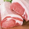 """【竜神豚】""""竜神伝説""""が眠る、富幕山の山麗。雄大な大自然と伝説の浪漫が育んだ滋味豊かな台地の味!竜神豚の生産者である「三輪美喜雄」さんは、この養豚に生涯をかけて研究してきました。長年の努力が実り、ドイツのフランクフルトで行われた、国際食肉見本市でも、数々のメダルを受賞。"""