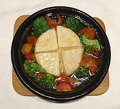 料理メニュー写真まるごとカマンベールアヒージョ