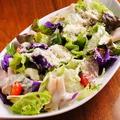 料理メニュー写真生ハムと温泉卵のシーザーサラダ