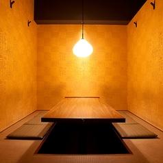 店内、奥に進めば掘り炬燵の隠れ家風個室