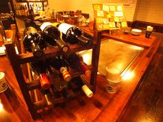 木の温かみを感じるカウンターで味わう、ガッツリステーキ!! ワインも種類豊富!恋人同士・ご家族連れ・お友達同士でお越しください☆