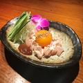 料理メニュー写真地鶏ユッケの卵黄のせ