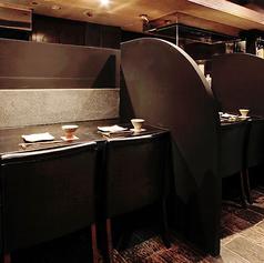 奥行きのあるカウンターはある意味特等席。ゆったりソファーのカウンター。顔も近く、親密なお話に最適。お隣と仕切りがあるので、カウンターですがプライベートなスペースになります。