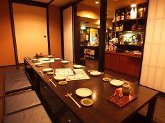 6~7名様がお座りになられる個室が2テーブル。襖を外して最大14名様までのご宴会が可能な掘りごたつ個室です。