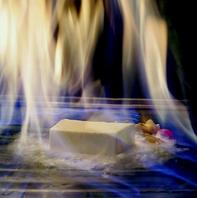 コースの締めくくりはアイスクリームの鉄板焼で炎の演出