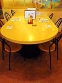 団体様でもお一人様でも使えるテーブル席ございます。