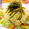 料理メニュー写真海ぶどう海鮮サラダ/タコスサラダ