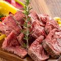 料理メニュー写真牛もも肉のローストビーフ ~シャリアピンソース~