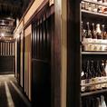 焼酎の並ぶ通路店内には焼酎や梅酒のボトルが陳列され、酒飲みの心を誘います。初心者の方も店員にどんどんおすすめを聞いてください。豊富な厳選酒はこだわり抜いた逸品揃いです。