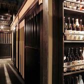 焼酎の並ぶ通路店内には焼酎や梅酒のボトルが陳列され、酒飲みの心を誘います。初心者の方も店員にどんどんおすすめを聞いてください。店員との会話もはずめば、サービスがあるかも!?豊富な厳選酒はこだわり抜いた逸品揃いです。