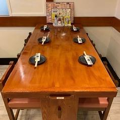 テーブルは4名様掛けテーブルが7卓、6名様掛けテーブルが3卓、5名様掛けテーブルを1卓ご用意しております。