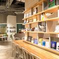 広い店内に配置された本棚には、料理や旅、アートなどテーマごとの本が並ぶ。