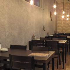 4名様用テーブル席。気軽な海外の食堂のような雰囲気で、みんなでワイワイ楽しむのにも最適♪人数に合わせてテーブルをくっつけることも可能!