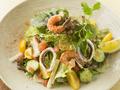 料理メニュー写真野菜たっぷりシーフードサラダ