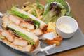 料理メニュー写真海老カツとアボカドの自家製サルサソース