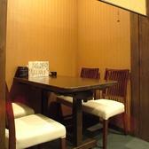 半個室のテーブル席♪通路側をスクリーン式のすだれで仕切るタイプです。