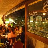 【2名様~】緑に囲まれた爽やかなテラス席です。夜はライトアップされ、また違った雰囲気をお楽しみいただけます。広々としたテーブル席で、ゆっくりとお食事をご堪能ください。