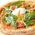 料理メニュー写真フレッシュほうれん草とベーコンのピッツァ