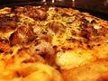 料理メニュー写真自慢の鶏ももチキンとソーセージのピザ